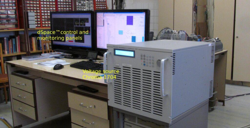 Uspořádání experimentu v laboratoři- dSpace control a monitorovací panely se zdrojem napětí Chroma 1704